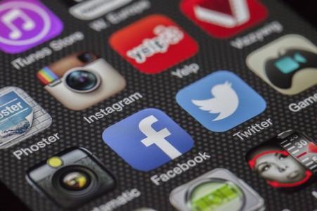 enquete-ufc-que-choisir-attention-faux-amis-facebook-reseaux-sociaux-escrocs
