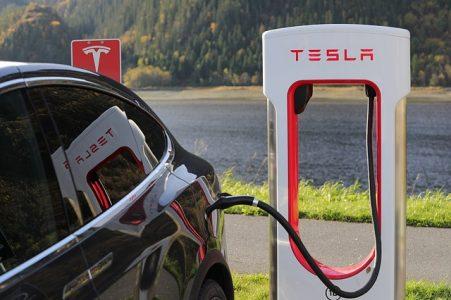voiture-electrique-prise-recharge-batterie