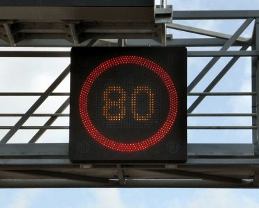 auto-voiture-limitation-vitesse-telephone-au-volant