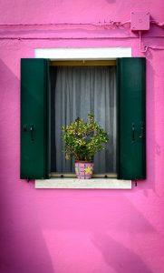 logement-peinture-mur-violet