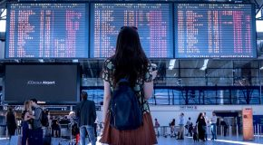L'agence de voyage devait informer ses clients du retard de l'avion